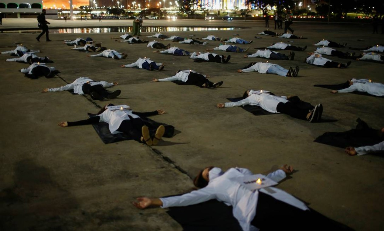 Enfermeiros protestam contra a morte de colegas que morreram trabalhando na linha de frente de combate ao novo coronavírus no país, em Brasília Foto: ADRIANO MACHADO / REUTERS