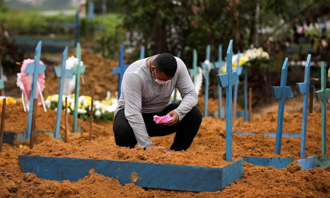 Homem reage durante o enterro de sua avó, que morreu com suspeita de coronavírus, no cemitério Parque Tarumã, em Manaus Foto: BRUNO KELLY / Reuters
