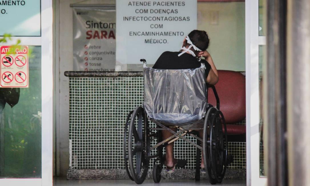 Mulher observa aviso sobre atendimento médico a pacientes com Covid-19 em Fortaleza: análise ética de pesquisas sobre a doença preocupa governo federal Foto: Mateus Dantas/Zimel Press/17-4-2020
