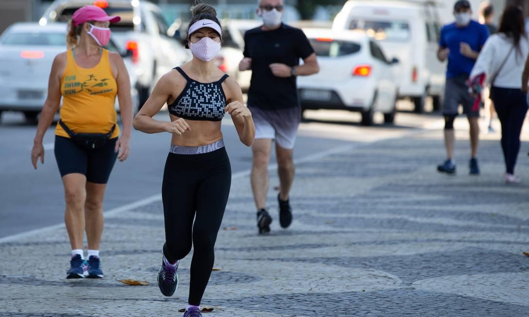 Calçadão de Icaraí: pessoas correm de máscara de proteção Foto: Roberto Moreyra / Roberto Moreyra/21/05/2020