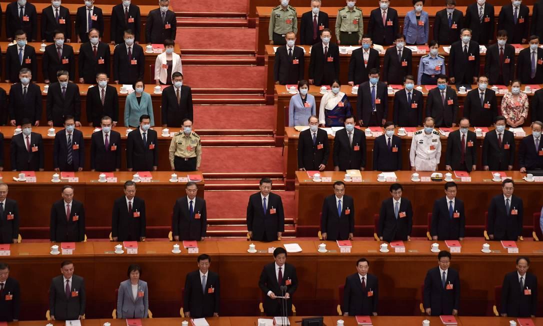 O presidente chinês, Xi Jinping, (centro) ao lado de outros líderes após sessão de encerramento do Congresso Nacional do Povo Foto: NICOLAS ASFOURI / AFP