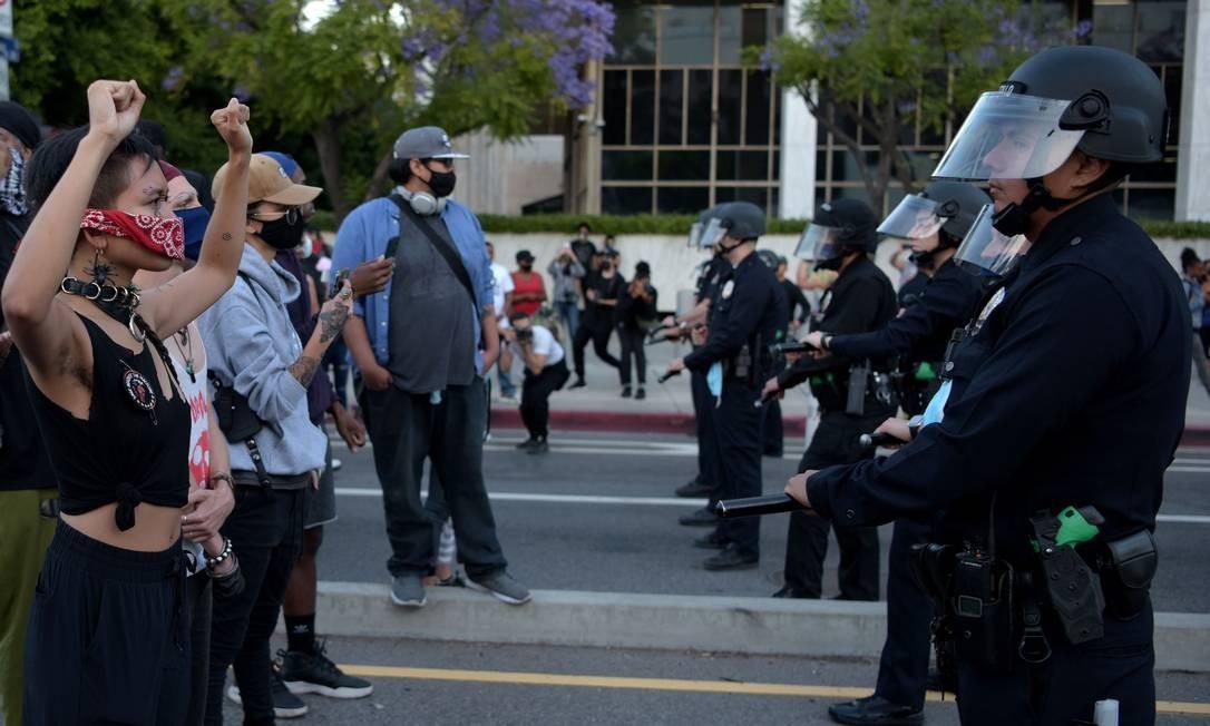 Manifestantes encaram a polícia de choque no centro de Los Angeles, Califórnia Foto: AGUSTIN PAULLIER / AFP