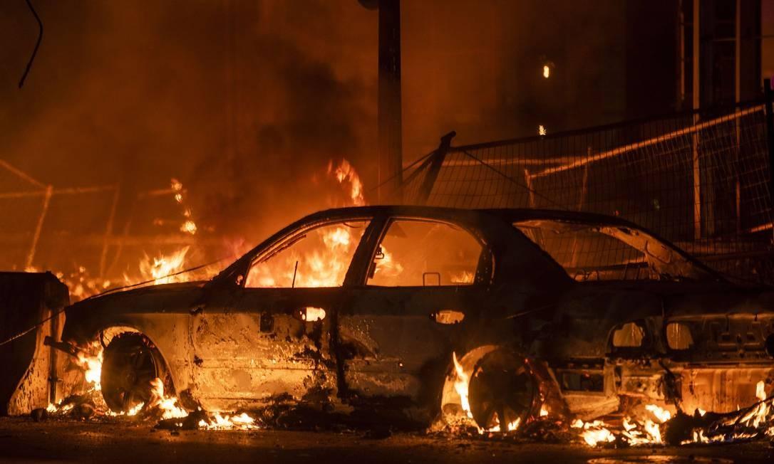Carro foi incendiado durante protestos contra os policiais do 3º Distrito, em Mineápolis, envolvidos no assassinato de George Floyd Foto: Stephen Maturen / AFP