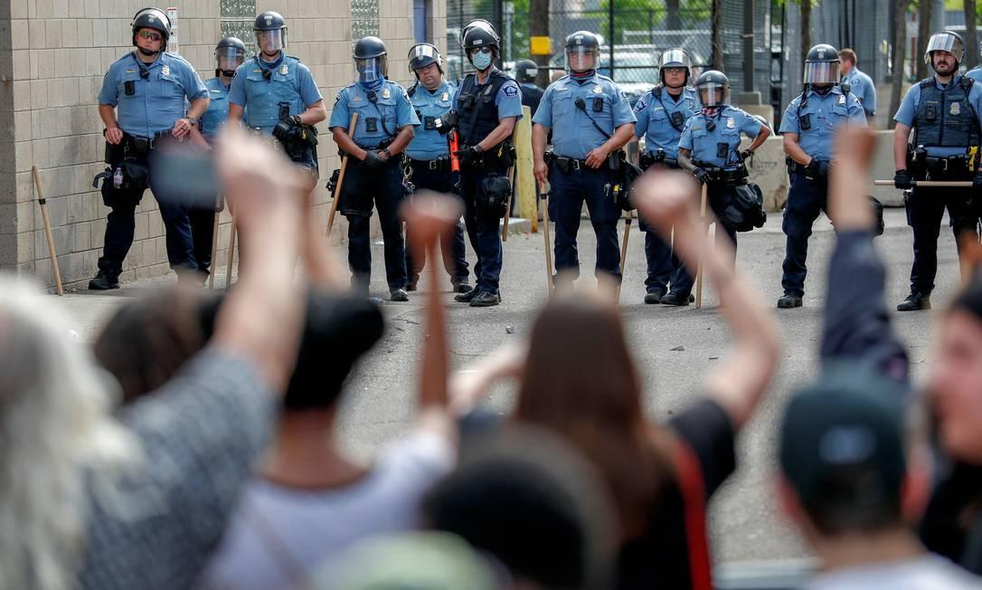Manifestantes encaram a polícia de Mineápolis, em protesto contra o assassinato de George Floyd Foto: ERIC MILLER / REUTERS