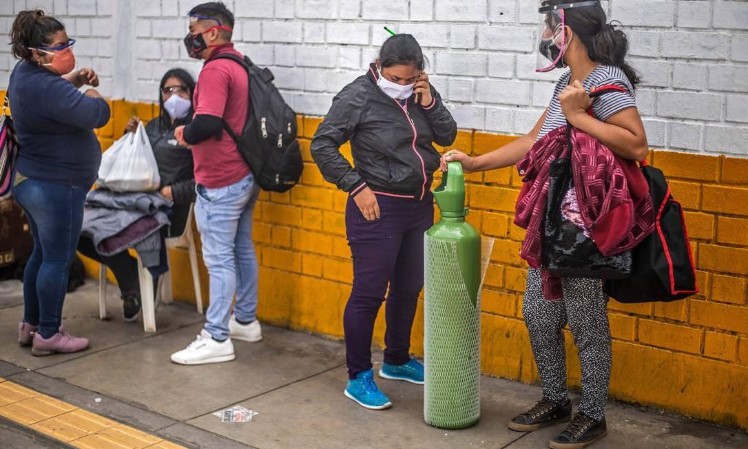 Num hospital de Lima, peruanos esperam para entregar um tanque de oxigênio para um parente hospitalizado com a Covid-19; país é o segundo com mais casos na América do Sul Foto: ERNESTO BENAVIDES / AFP