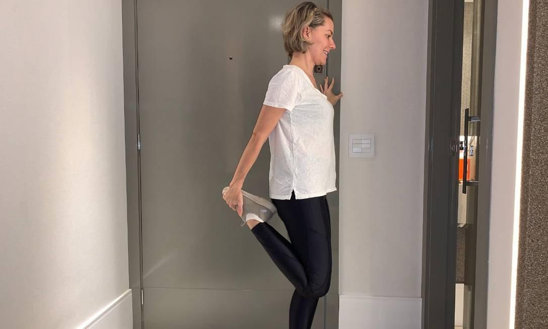 A fisioterapeuta Paula Tolussi recomenda atividades como alongamento durante a quarentena Foto: Divulgação