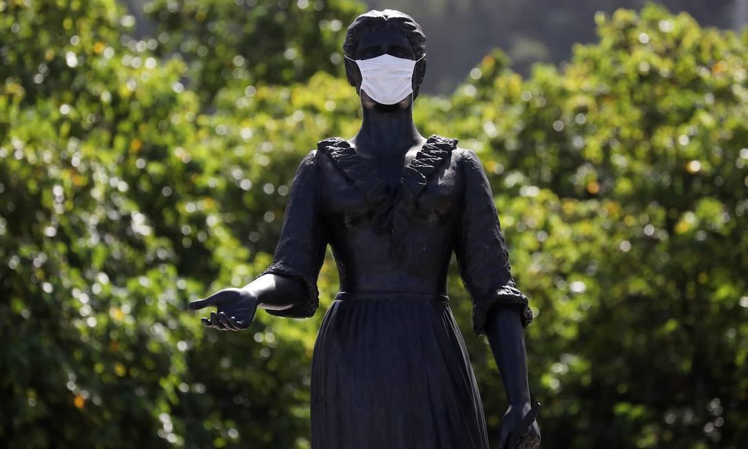 A estátua da Princesa Isabel, em Copacabana, foi atualizada para os tempos de coronavírus Foto: SERGIO MORAES / Reuters - 08/05/2020