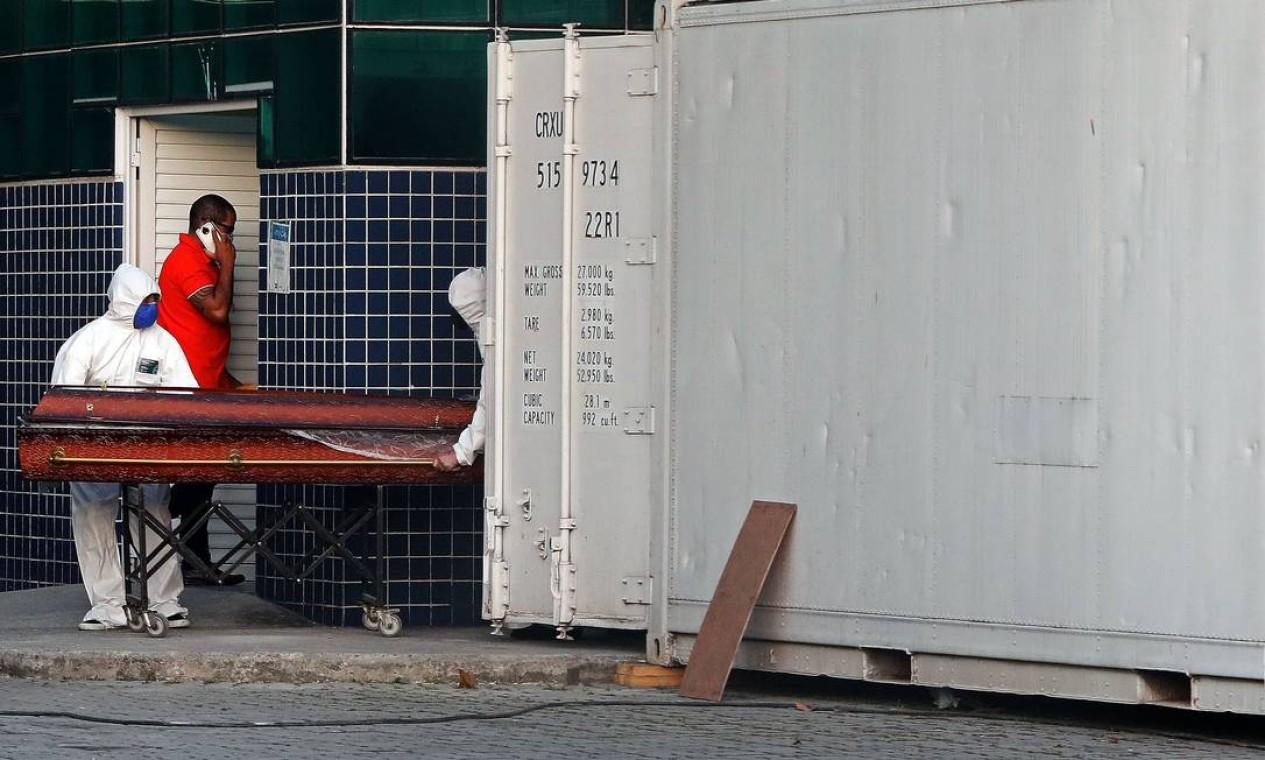 Agentes funerários removem corpo de contêiner figorífico no Hospital Evandro Freire, na Ilha do Governador, Zona Norte do Rio Foto: Fábio Motta / Agência O Globo - 27/04/2020