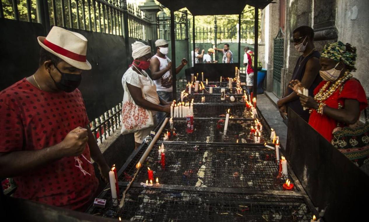 Fiéis usam máscaras enquanto rezam do lado de fora da Igreja de São Jorge no dia do padroeiro do Rio em 2020 Foto: Guito Moreto / Agência O Globo - 23/04/2020
