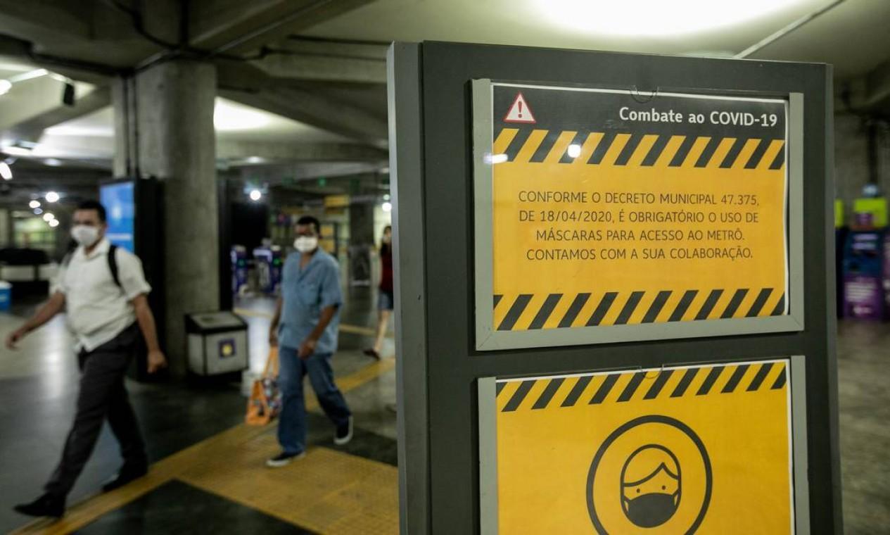 Anúncio na Estação Siqueira Campos do Metrô alerta para a obrigatoriedade do uso de máscaras nos espaços públicos, incluindo transportes coletivos Foto: Brenno Carvalho / Agência O Globo - 23/04/2020