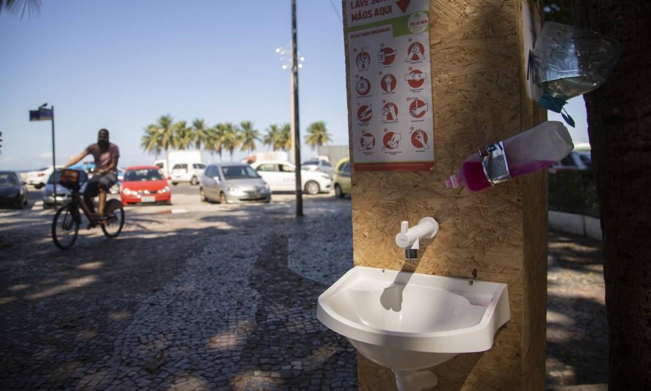 """No Leme, uma das peças do projeto """"Pias do Bem"""", que espalha pias com água, sabão e toalha pelas ruas do Rio Foto: Gabriel Monteiro / Agência O Globo"""