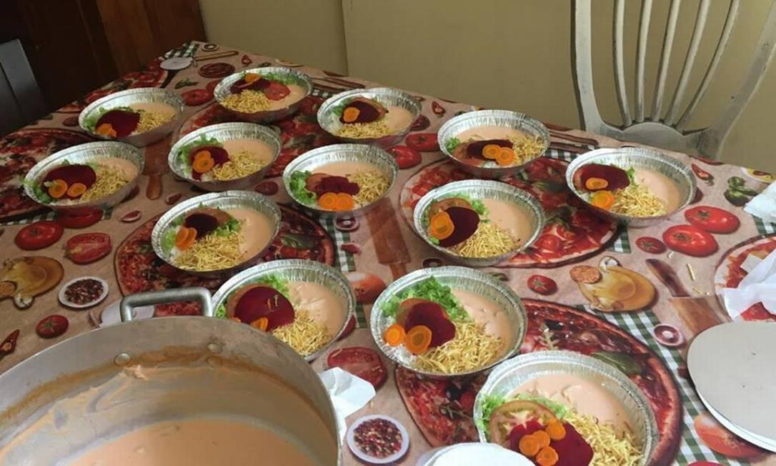 Quentinhas sendo preparadas para distribuição: 'Quarentena sem fome' Foto: Reprodução do Facebbok