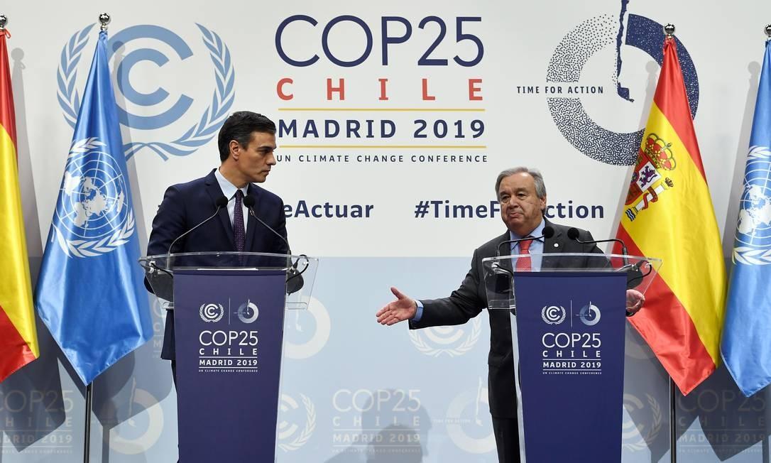 O primeiro-ministro espanhol Pedro Sanchez ao lado do secretário-geral da ONU, Antonio Guterres, na COP-25, realizada em 2019 em Madri, na Espanha. Foto: PIERRE-PHILIPPE MARCOU / AFP
