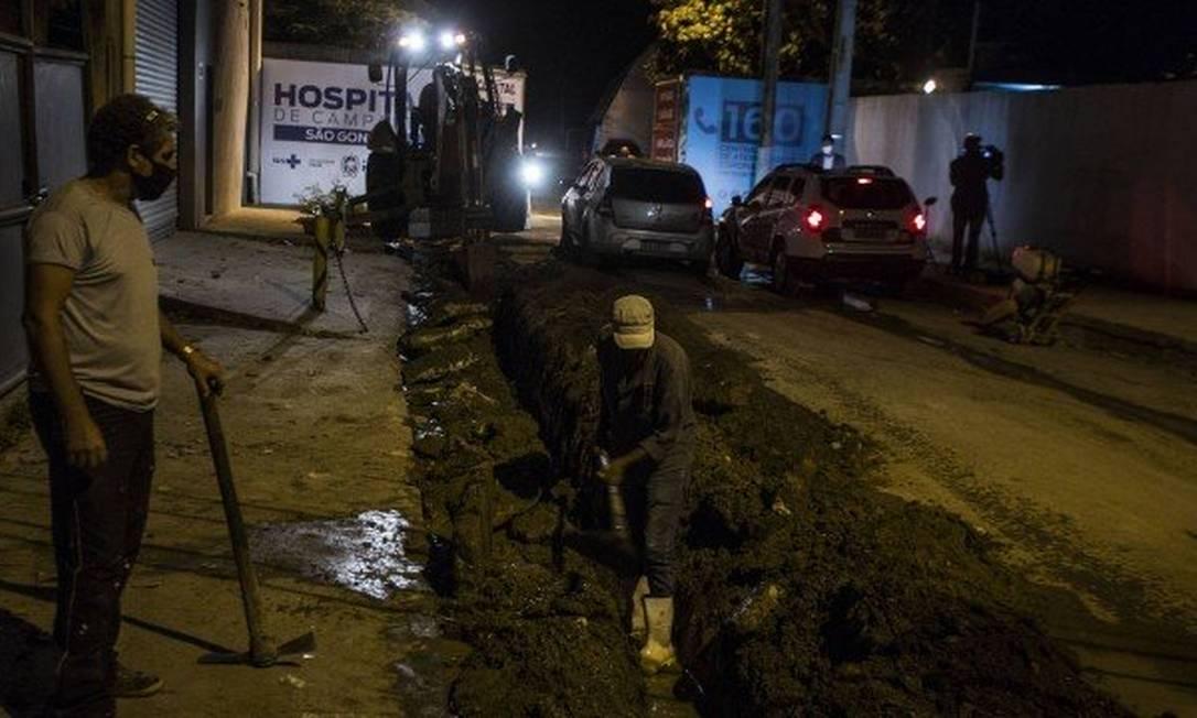 Hospital de Campanha de São Gonçalo: ainda em obras no entorno na última quarta-feira à noite Foto: Guito Moreto / O Globo