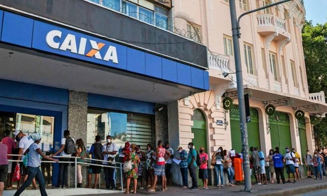 Fila de pessoas em frente à Caixa Econômica Federal esperando para receber o auxílio emergencial. Foto: Getty Images