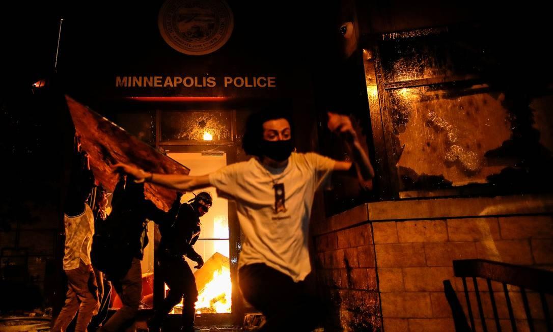Manifestantes ateiam fogo à entrada de uma delegacia Foto: CARLOS BARRIA / REUTERS