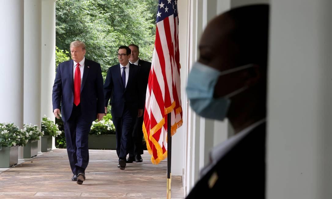 Donald Trump caminha pela Casa Branca antes de anúncio sobre a China e a OMS Foto: JONATHAN ERNST / REUTERS