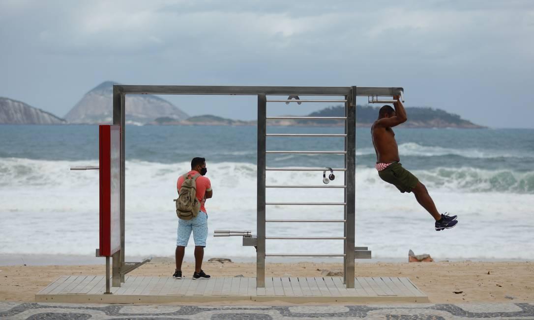 Isolamento social e ressaca no mar não impediram movimento em Ipanema nesta quinta-feira Foto: Brenno Carvalho / Agência O GLOBO