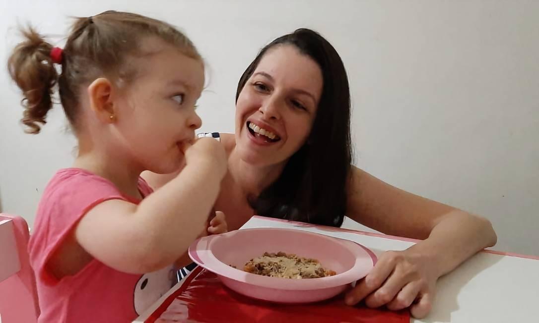 Maria Claria, de 2 anos e 4 meses, janta na companhia da mãe, Vanessa Friede Foto: Arquivo pessoal / Arquivo pessoal