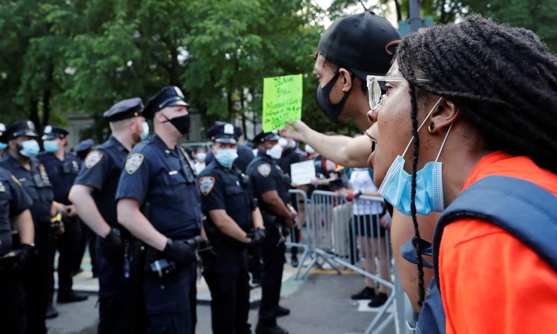 Protestantes atuam diante da polícia em Minneapolis Foto: SHANNON STAPLETON / REUTERS