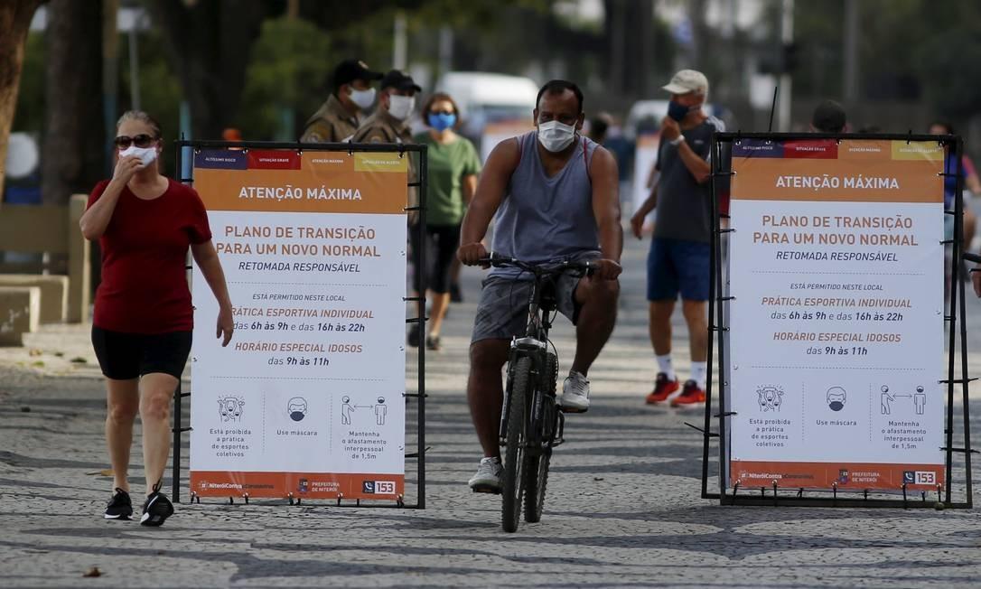 Atividades físicas individuais foram liberadas no calçadão Foto: Fabiano Rocha / Agência O Globo