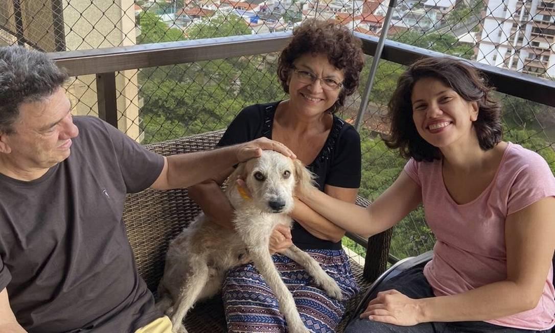 A turismóloga Fernanda Lima com os pais e Dante, adotado na quarentena Foto: Arquivo pessoal