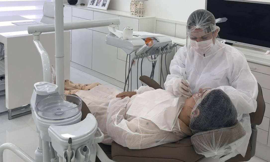 A dentista Aline Macedo em seu consultório Foto: Divulgação