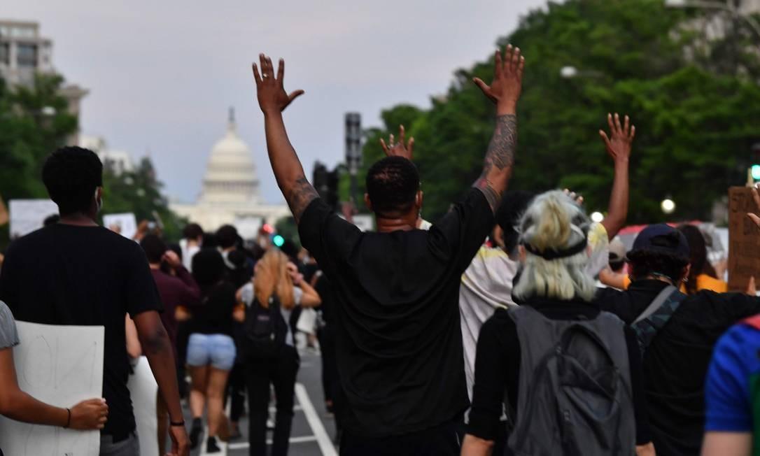 Manifestantes protestam diante da Casa Branca contra a morte de George Floyd: o homem negro de 46 anos foi sufocado por um policial branco Foto: NICHOLAS KAMM / AFP