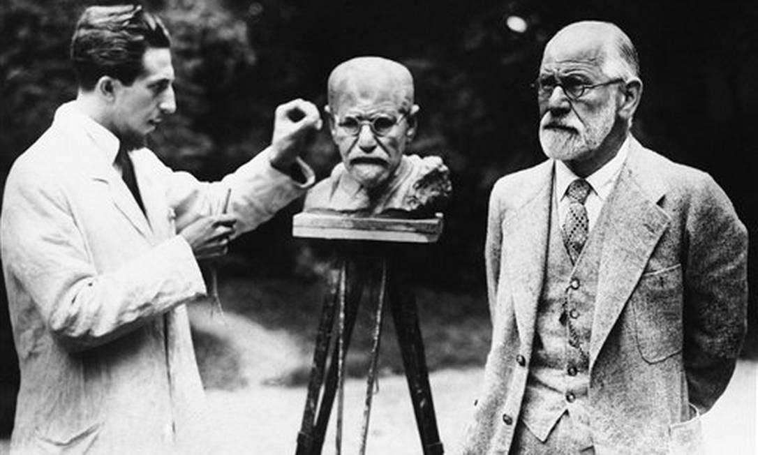 Fotografia de 1931, na qual o escultor croata Oscar Nemon trabalha em um busto de Sigmund Freud enquanto o pai da psicanálise posa para ele Foto: Uncredited / AP