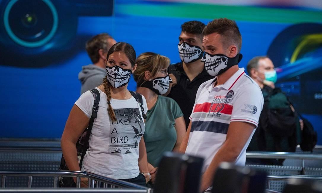 Visitantes usando máscaras, item obrigatório no Europa-Park Foto: PATRICK HERTZOG / AFP