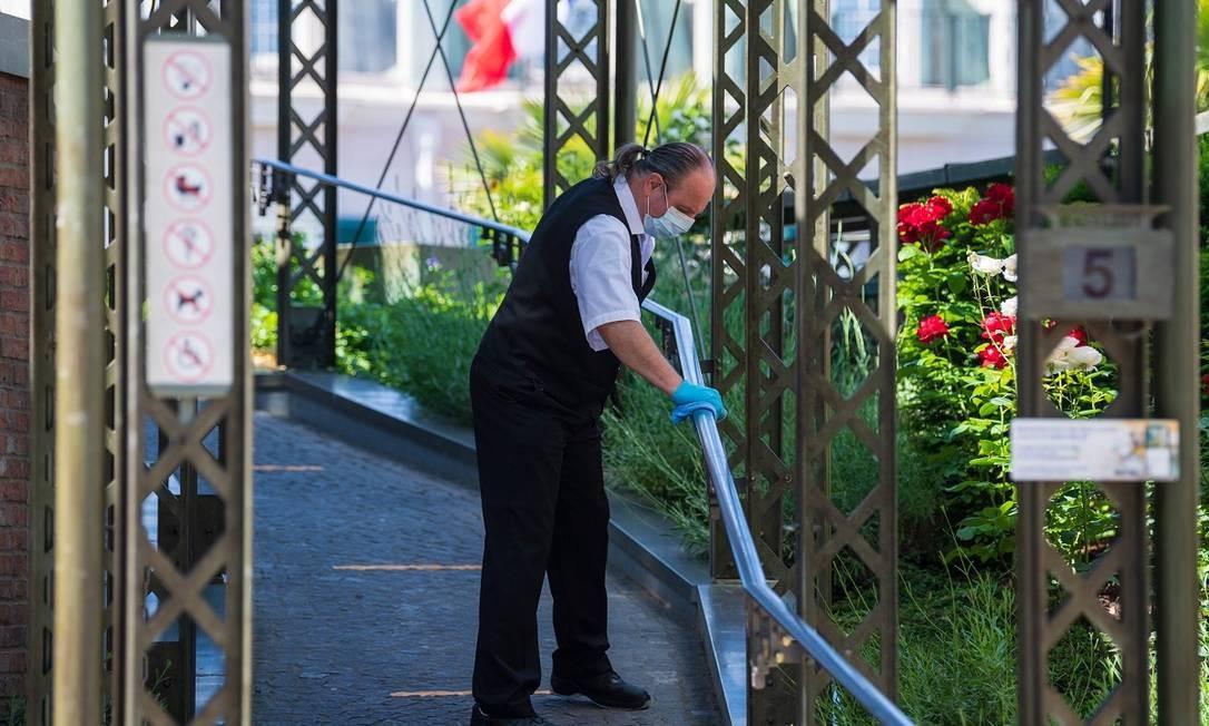 Os procedimentos de limpeza foram reforçados para a reabertura do Europa-Park Foto: PATRICK HERTZOG / AFP