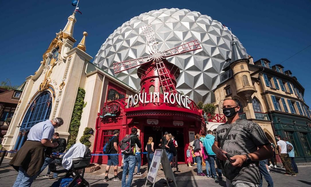 Nesta réplica do cabaré parisiense Moulin Rouge funciona a montanha-russa CanCan Coaster, uma das atrações mais curiosas do Europa-Park, reaberto dia 29 de maio Foto: PATRICK HERTZOG / AFP
