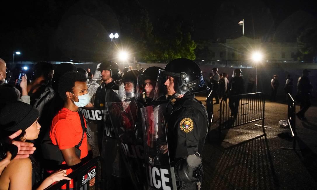 Manifestantes de frente para policiais encarregados de conter a manifestação contra a morte de George Floyd. Foto: ERIC THAYER / REUTERS