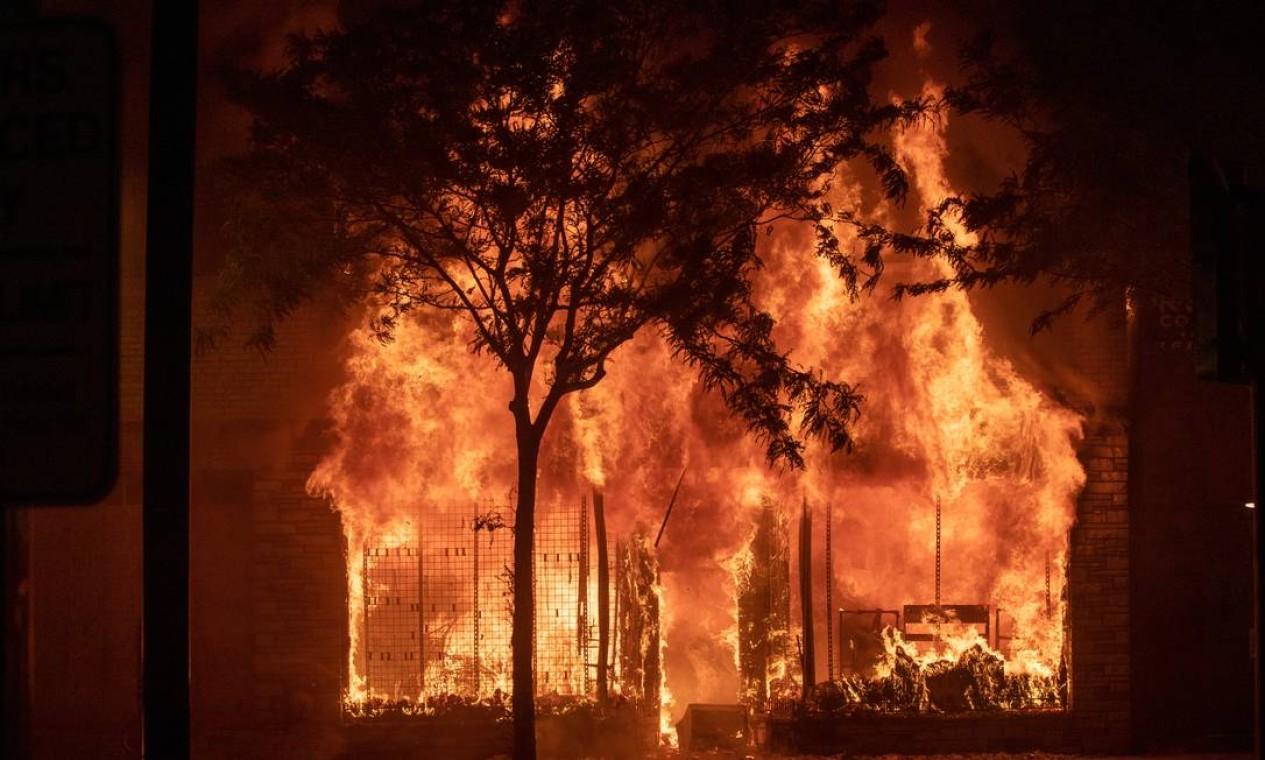 Imóvel comercial é incendiado em Minneapolis durante a quarta noite de protestos vividos pela morte de George Floyd Foto: LUCAS JACKSON / REUTERS