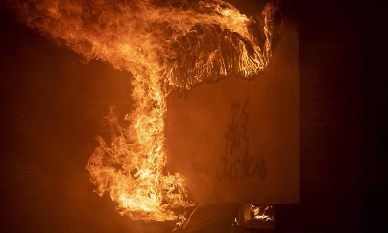 Estação dos correios foi incendiada na noite de sexta-feira Foto: Stephen Maturen / AFP