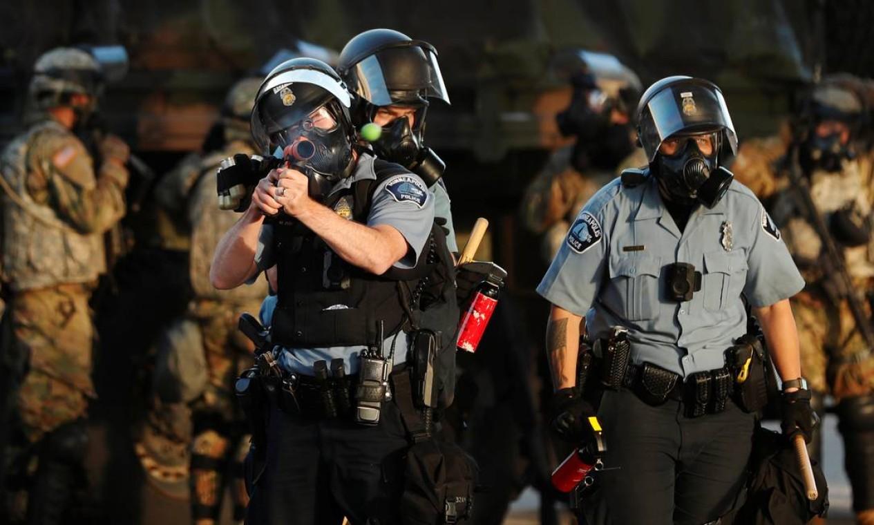 Policial mira arma não letal contra manifestantes em Minneapolis Foto: LUCAS JACKSON / REUTERS