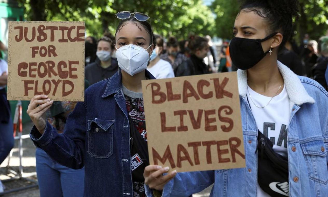 """Mulheres protestam em Minneapólis, exigindo justiça pelo assassinato de George Floyd: """"vidas negras importam"""", diz um dos cartazes Foto: CHRISTIAN MANG / REUTERS"""
