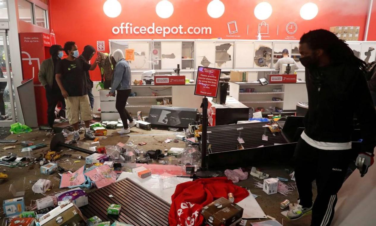 Bens danificados são vistos dentro de uma loja de material de escritório, em Minneapolis, Minnesota Foto: LUCAS JACKSON / REUTERS