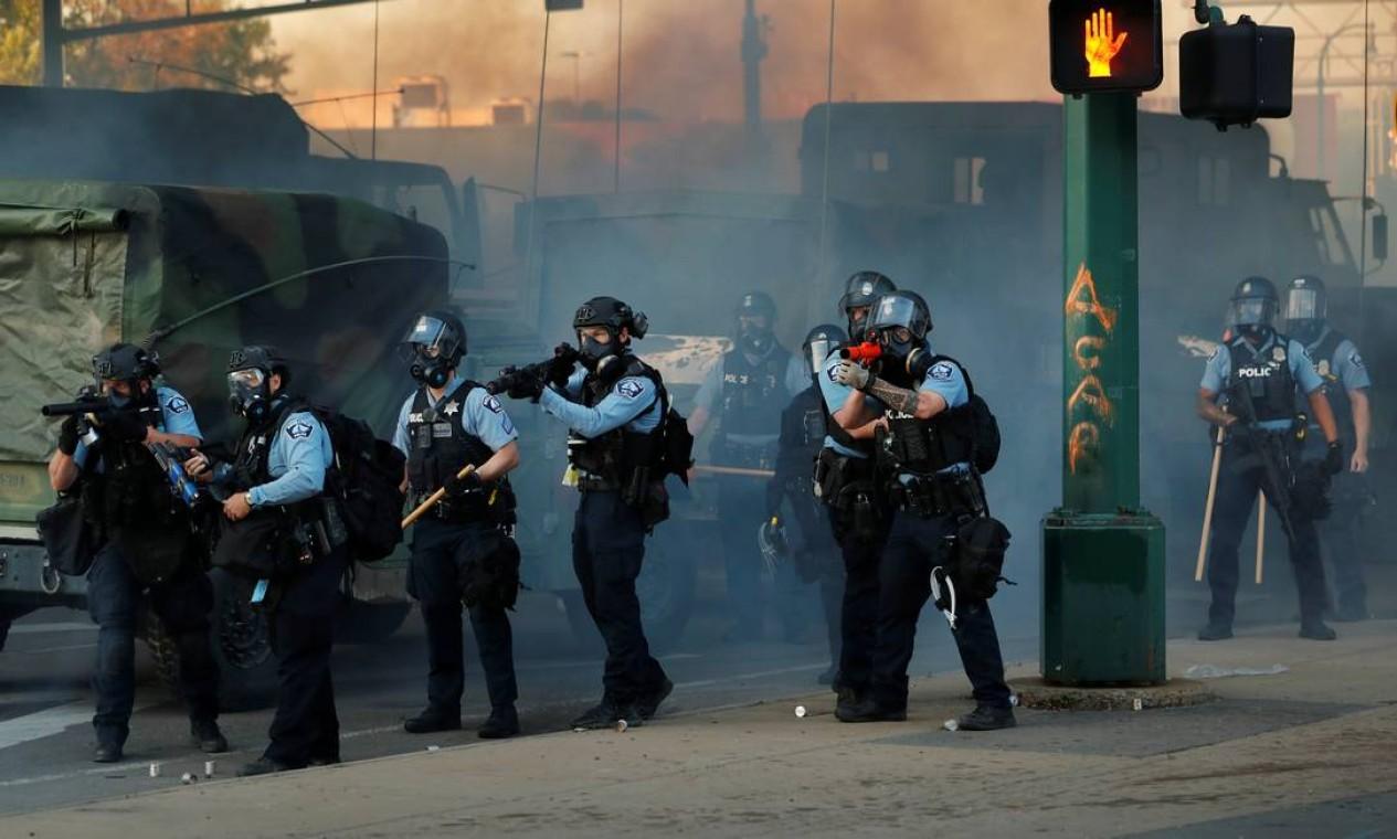 Oficiais do Departamento de Polícia de Minneapolis monitoram as contínuas manifestações pelo assassinato de George Floyd, que chegam ao quinto dia consecutivo Foto: LUCAS JACKSON / REUTERS