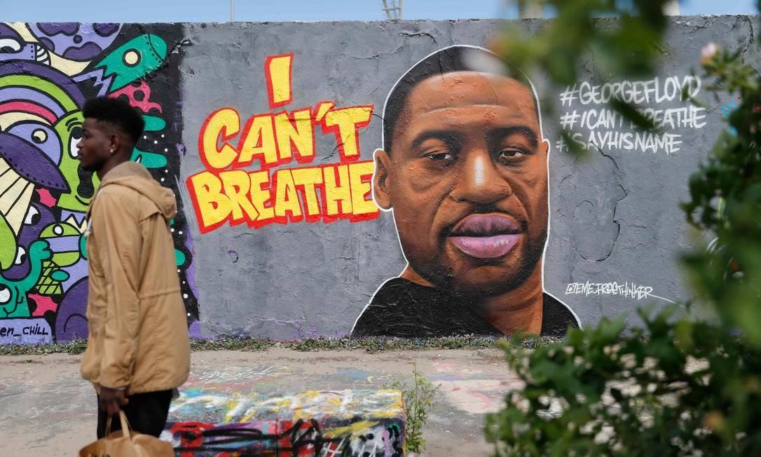 """""""Eu não consigo respirar"""", a frase dita por George Floyd, enquanto era sufocado até a morte pela polícia de Minnesota, nos EUA, foi retratado em forma de grafite na capital alemã, Berlim Foto: ODD ANDERSEN / AFP"""