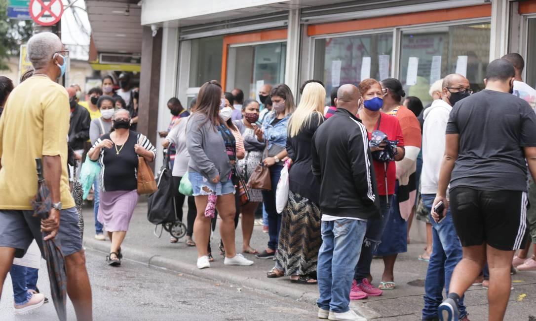Pessoas na fila do banco no centro de Vilar dos Teles, em São João de Meriti Foto: Cléber Júnior / Agência O Globo / 07-05-2020