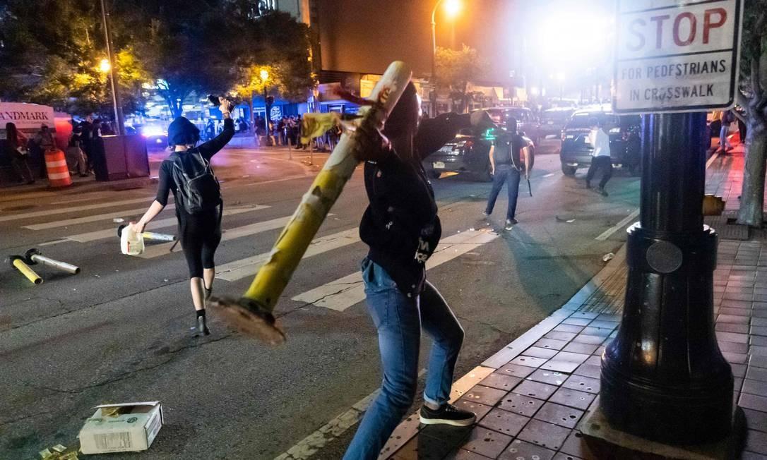 Manifestantes entram em choque com a polícia em Atlanta, na Geórgia, na noite de sexta-feira Foto: JOHN AMIS / AFP