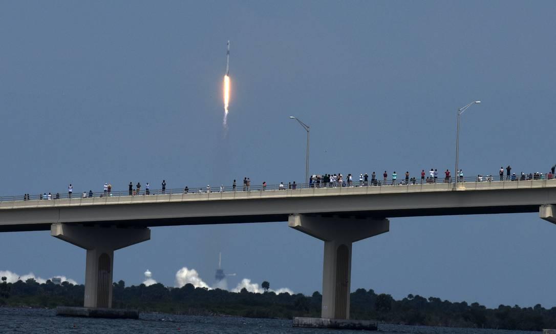 Foguete da SpaceX foi lançado em Titusville, na Flórida, neste sábado, com astronautas Bob Behknen e Doug Hurley a bordo Foto: Red Huber / AFP