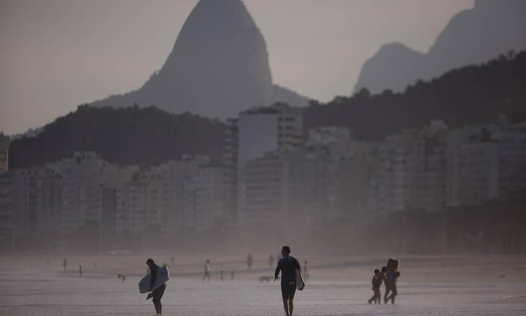 Banhistas e surfistas na praia de Copacabana, na Zona Sul, no sábado (30) Foto: Gabriel Monteiro / Agência O Globo
