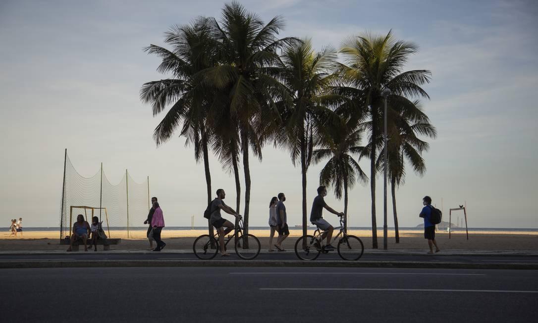 No calçadão de Copacabana, pedestres e ciclistas aproveitaram o dia para se exercitar ao ar livre Foto: Gabriel Monteiro / Agência O Globo