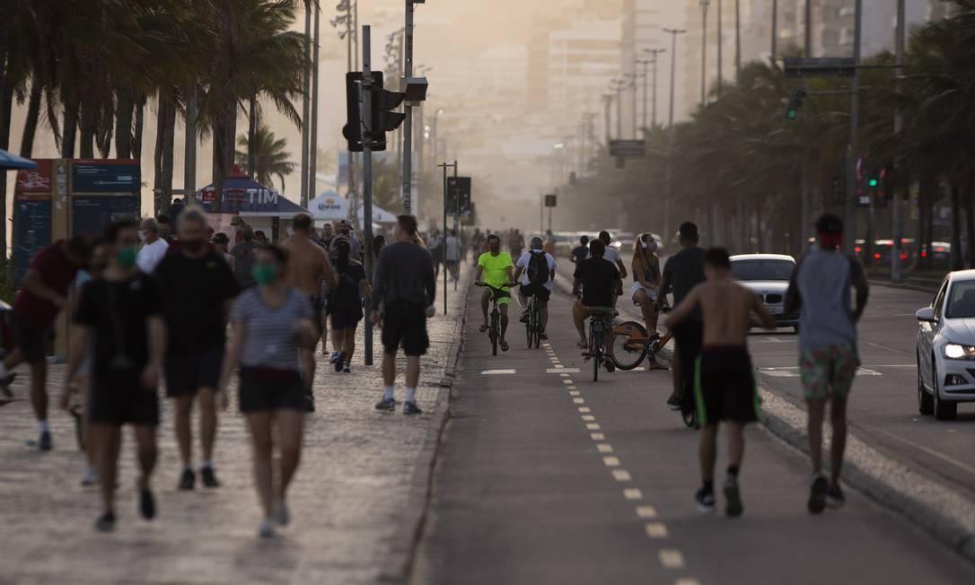 Nesta sexta-feira, movimentação grande em Ipanema e desrespeito às recomendações de isolamento social Foto: Gabriel Monteiro / Agência O Globo