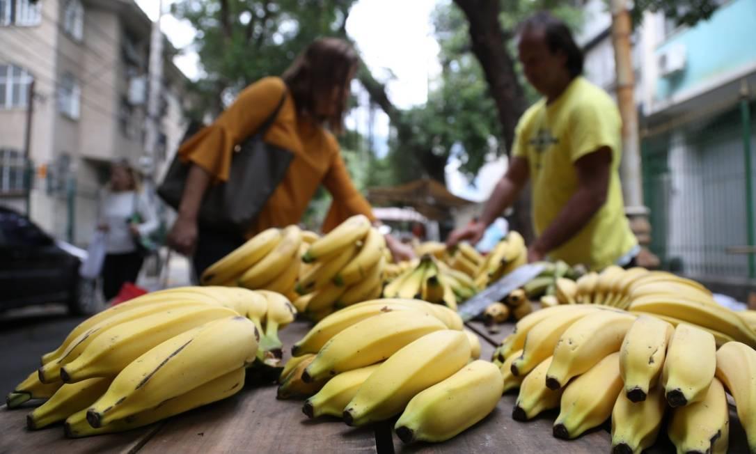 Bananas vendidas em feira livre na Tijuca, Zona Norte do Rio Foto: Pedro Teixeira / Arquivo / 23-05-2018