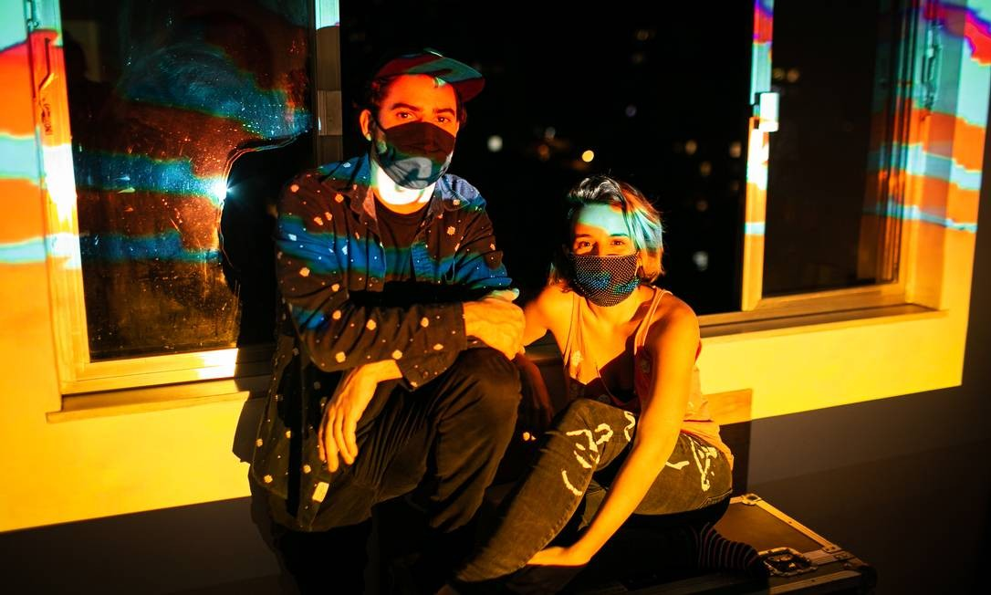 Daniel Martins e Luiza Vianna, do Mov Festival Digital: lateral de edifício no Humaitá serve de tela para projeto que pode virar itinerante Foto: Hermes de Paula / Agência O Globo