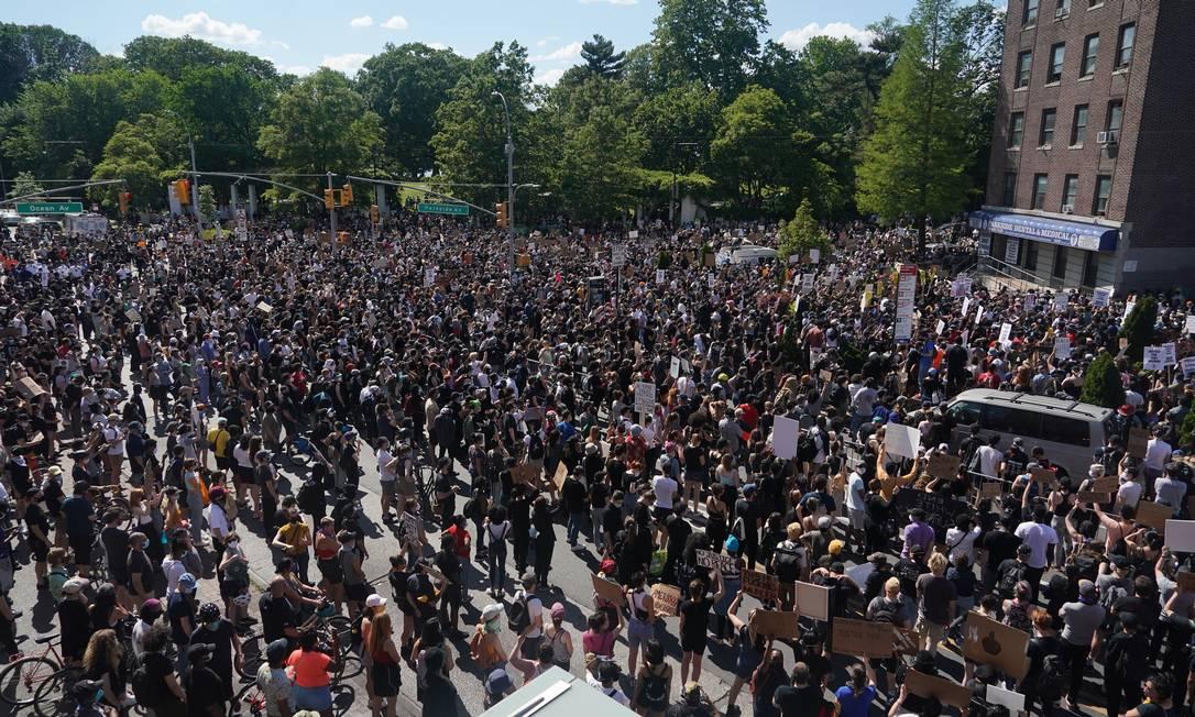 Manifestantes protestam no Brooklyn contra morte de homem negro pela polícia de Minneapolis Foto: CHANG W. LEE / NYT/30-05-2020