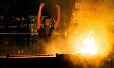 Homem protesta diante da Casa Branca, na noite de sábado Foto: JOSE LUIS MAGANA / AFP
